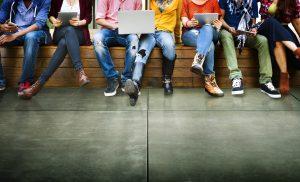 Personas sentadas leyendo sobre marketing digital