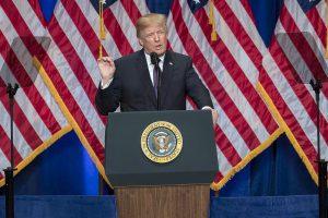 En la imagen se muestra Donald Trump dando uno de sus famosos discurso del odio desde el poder