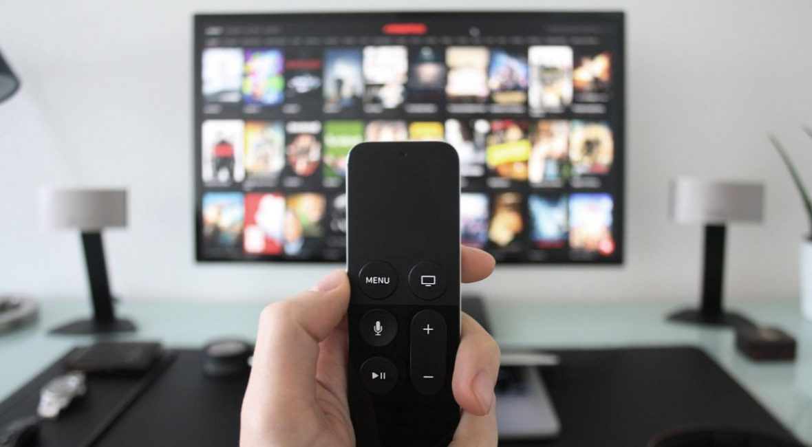 en la imagen se muestra la evolución de la television con un control de Apple TV