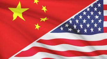 La imagen muestra las banderas de China y Estados Unidos las dos superpotencias en inteligencia artificial
