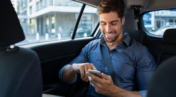 En la imagen se muestra una persona utilizando, los nuevos servicios de Uber