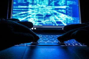 Las estrategias de ciberseguridad están planeadas para defender a las empresas de grandes riesgos, una vulnerabilidad en el sistema que es crítica es el robo de datos