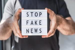 la imagen muestra un letrero alusivo a la libertad de pensamiento y el peligro de la desinformación