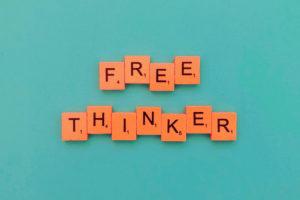 la imagen muestra un letrero alusivo a la libertad de pensamiento
